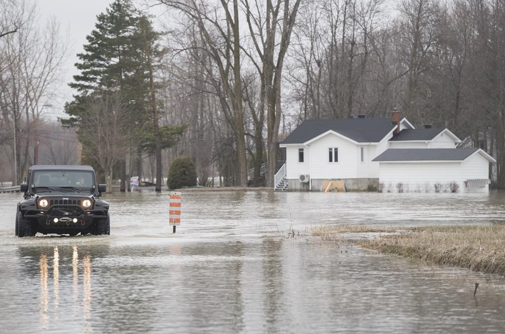 Hundreds of Canadian soldiers deployed to flood zones in Quebec and N.B.