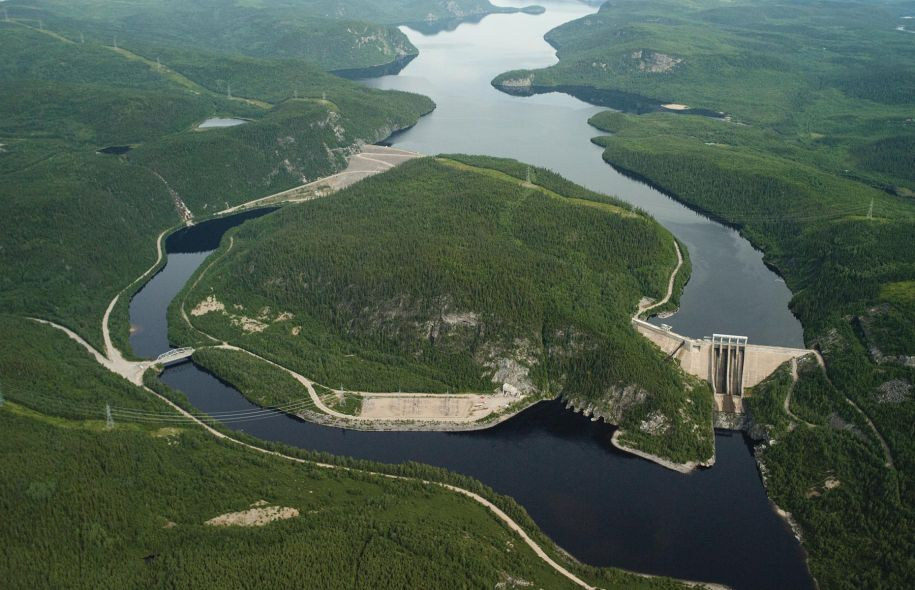 Hydro-Québec's René-Lévesque dam and generating station, on the north shore of the St-Lawrence River. Photo by Hydro-Québec.