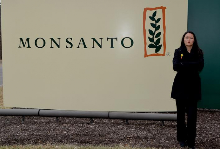 Zen Honeycutt of Moms Across America protesting glyphosate at the Monsanto shareholders meeting 2015. Image from AltHealthNews