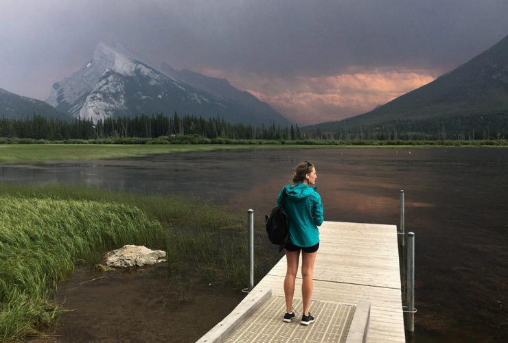 woman,smoke, Mt. Rundle, forest fire, Kootenay National park, Vermillion lakes, Banff,