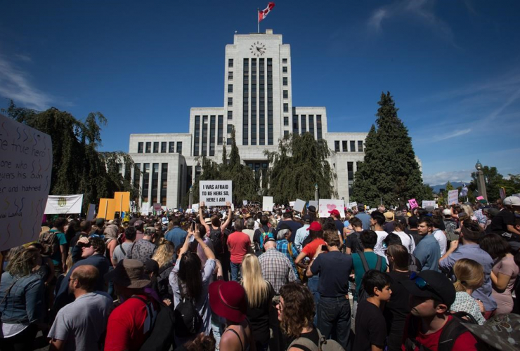 people, gather, Vancouver City Hall, alt-right protesters, anti-racism protesters, rallies, Vancouver, B.C.,