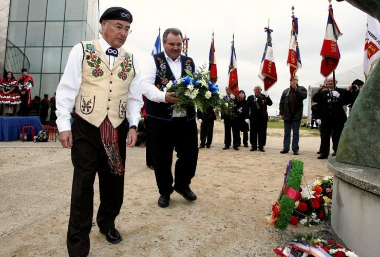 Clement Chartier, President of the Metis National Council, David Chartran, Minister of Veterans Affairs for the Metis National Council, wreath, monument, Metis veterans, WWII, Juno Beach Center