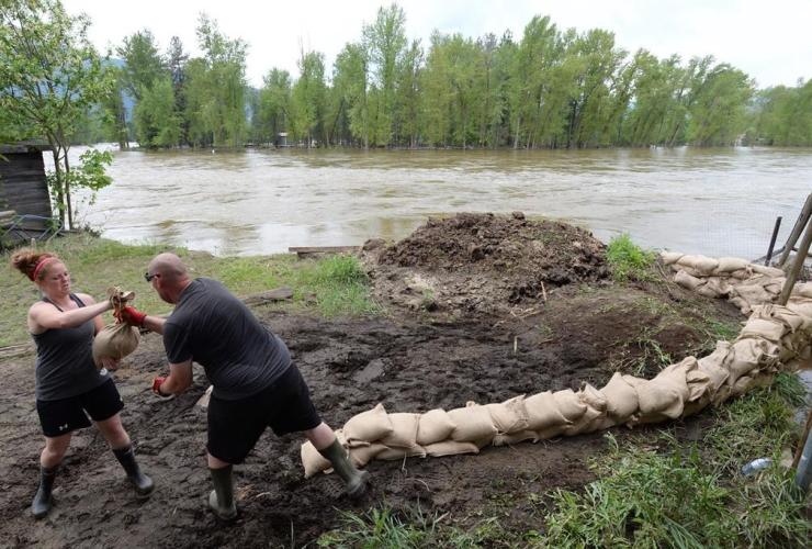 People, sandbags, Kettle River, Grand Forks,