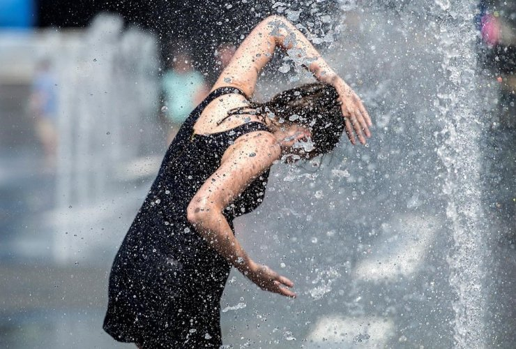 woman, water fountain, Montreal,