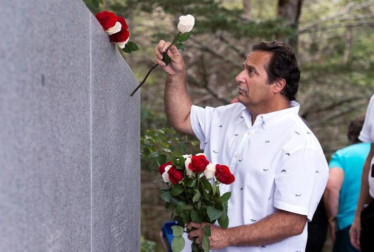 Stephen Thompson, roses, Ernest Thompson, crash, Swissair Flight 111, memorial service, Bayswater Beach,