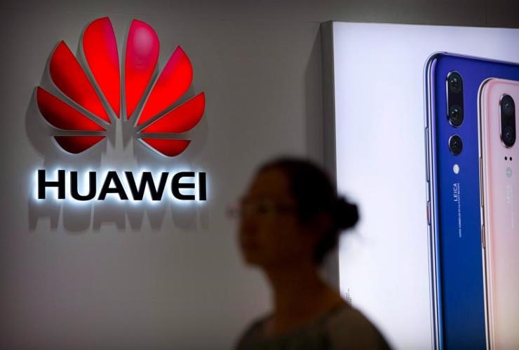 shopper, Huawei store, shopping mall, Beijing,