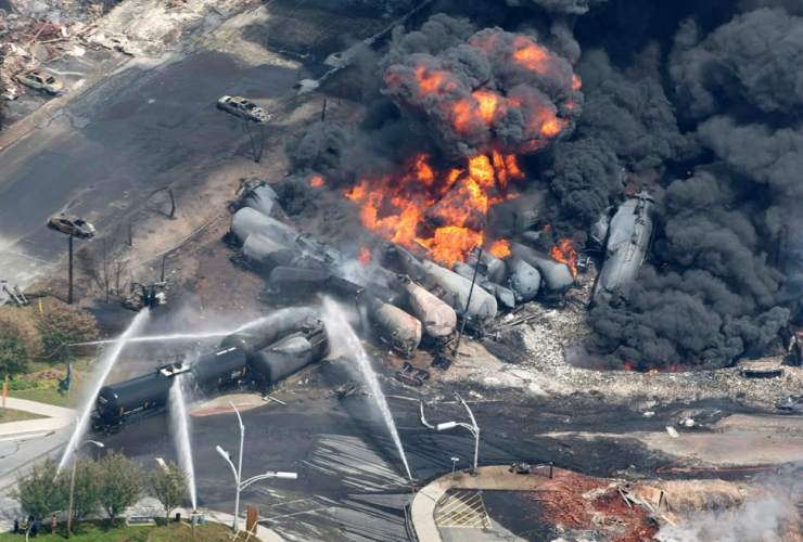 Smoke, railway cars, crude oil, Lac-Mégantic,