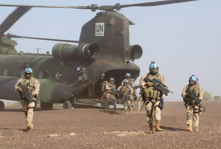 Canadian infantry and medical personnel, Chinook helicopter, medical evacuation demonstration, United Nations base, Gao, Mali,