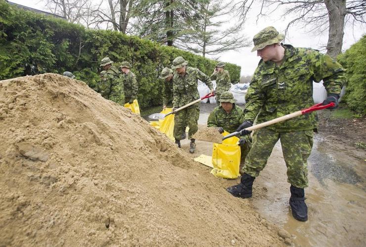 Canadian army, sandbags, Montreal, Pierrefonds,