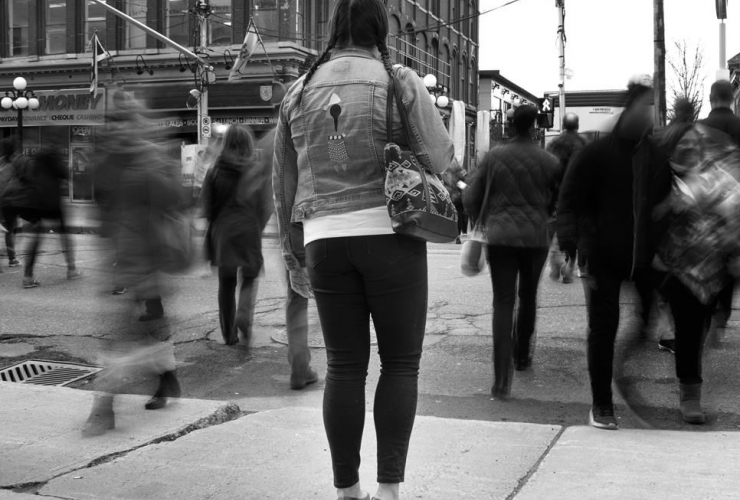 woman, stands, sidewalk, people, cross, street,