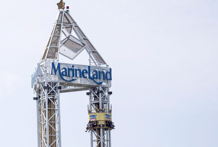 Patrons, ride, Marineland, Niagara Falls,