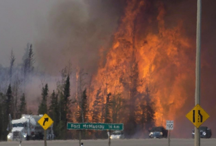 Heat waves, cars, trucks, wild fire, Fort McMurray, Highway 63,