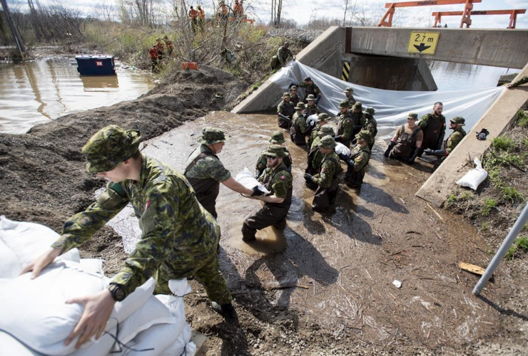 Canadian Forces members, sandbags, underpass, Alexander Street, floodwaters, Pembroke,