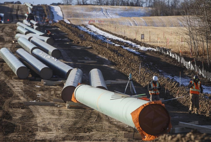 Workers, pipe, construction, Trans Mountain Expansion Project, Acheson, Alta.,