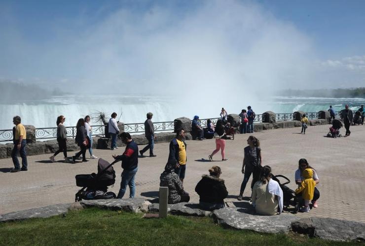 Families, promenade, Niagara Falls,