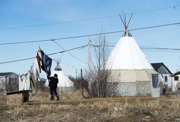 women, laundry, Attawapiskat First Nation,