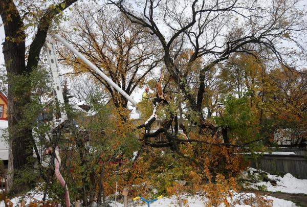 Crews, cleanup, snow storm, Manitoba,